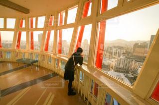 神戸ポートタワーから外を眺める女の子の写真・画像素材[301990]