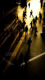 夕方の人々の影の写真・画像素材[304093]
