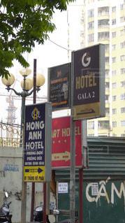 ベトナムの路地にあるホテルの看板の写真・画像素材[304377]