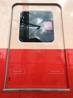 赤と白のドアを通って通過列車します。 - No.748337