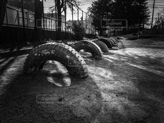 小学校の校庭にあるタイヤの遊具の写真・画像素材[845081]