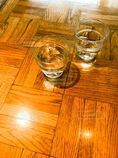 木製のテーブルの上に水のコップの写真・画像素材[849466]