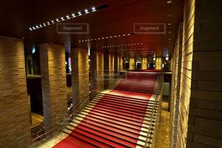 劇場の大階段と赤絨毯の写真・画像素材[852045]