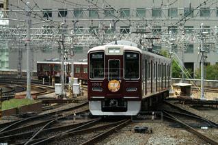 梅田駅に到着する阪急宝塚線の電車の写真・画像素材[854191]