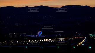 夕闇の伊丹空港を離陸する飛行機の写真・画像素材[856392]