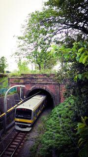 トンネルに入る総武線の電車の写真・画像素材[858217]
