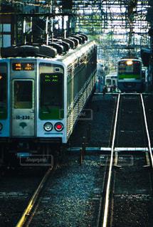 京王線を走る都営地下鉄新宿線の車両の写真・画像素材[858328]