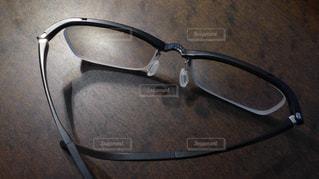 テーブルの上のメガネの写真・画像素材[859030]