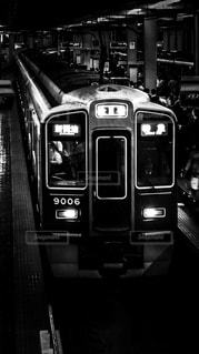 阪急梅田駅に到着する神戸線の9000系電車の写真・画像素材[871941]
