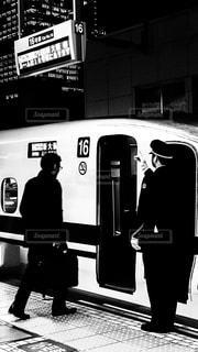 新幹線に乗り込むビジネスマンの写真・画像素材[936786]
