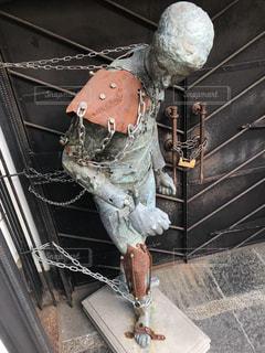 鎖で繋がれた鋼鉄の体の写真・画像素材[972163]