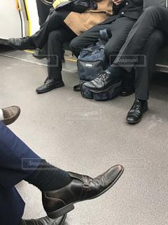 電車に乗る人たちの靴とスーツ - No.979800