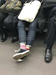 電車で脚を組む女の写真・画像素材[979807]