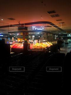 閉店後のスーパーマーケットの写真・画像素材[996928]