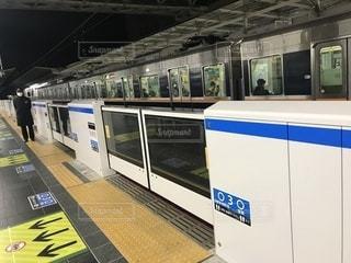大阪駅のホームドアの写真・画像素材[998638]