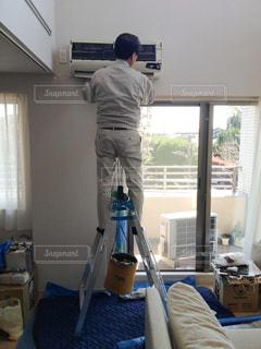 賃貸住宅の、エアコン取り付け工事の写真・画像素材[1003065]