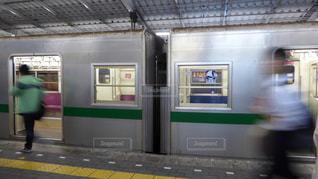 代々木上原駅に到着した営団地下鉄千代田線の6000系の写真・画像素材[1003078]