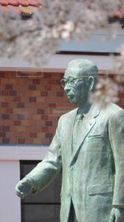 松下幸之助歴史館前にある松下幸之助の銅像の写真・画像素材[1097778]