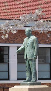 松下幸之助歴史館前にある松下幸之助の銅像 - No.1097780