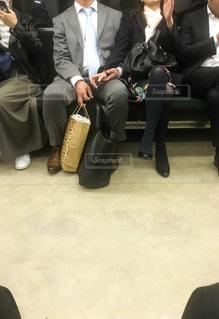 電車の中の怪しい二人の写真・画像素材[1127212]