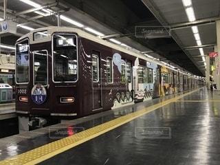 梅田駅で発車を待つ阪急神戸線の電車の写真・画像素材[1132024]