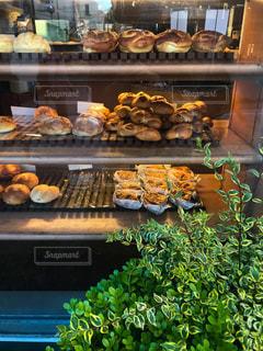 神戸、岡本にあるパン屋さんドンクのショーウィンドウの写真・画像素材[1140665]