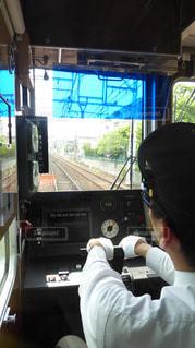 阪急神戸線の電車を運転する運転士の写真・画像素材[1141610]