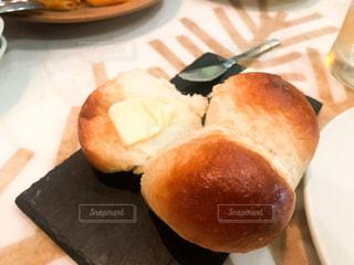 テーブルの上に食べ物のプレートの写真・画像素材[1157142]