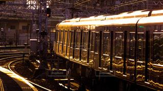 電車の駅で線路に大きな長い列車の写真・画像素材[1164497]
