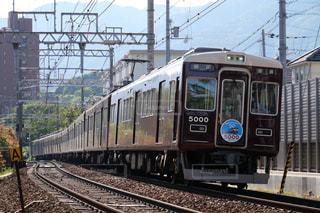 梅田駅に向けて疾走する阪急神戸線の電車の写真・画像素材[1182788]