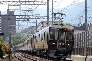 梅田駅に向けて疾走する阪急神戸線の特急列車 - No.1182789