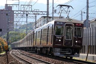 梅田駅に向けて疾走する阪急神戸線の特急列車の写真・画像素材[1182791]