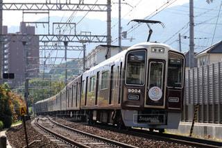 梅田駅に向けて疾走する阪急神戸線の電車の写真・画像素材[1182795]