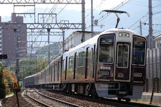 梅田駅に向けて疾走する阪急神戸線の電車の写真・画像素材[1182798]