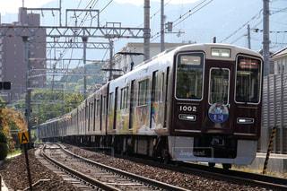 梅田駅に向けて疾走する阪急神戸線の特急列車の写真・画像素材[1182802]