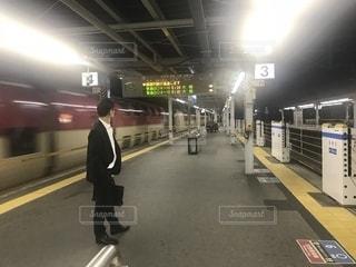 深夜の六甲道駅を通過する寝台特急サンライズの写真・画像素材[1219004]