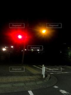 深夜の信号機の写真・画像素材[1219269]