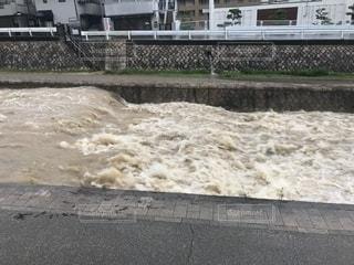 大雨で水かさが増した濁流がすごい川の写真・画像素材[1286823]