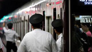 駅のホームの安全を確認する阪急電車の車掌さんの写真・画像素材[1387226]