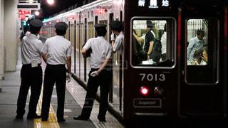 ホームの安全を確認する阪急電車の車掌さんの写真・画像素材[1387227]