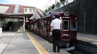 能勢電鉄 日生中央駅で電車を確認する運転士の写真・画像素材[1411065]