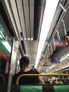 通勤電車で帰宅中の女性の写真・画像素材[1426198]