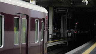 阪急梅田駅で発車を待つ京都線の電車の写真・画像素材[1444083]
