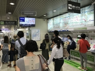 JR神戸線住吉駅で電車運転見合わせの情報を見る人たちの写真・画像素材[1452925]