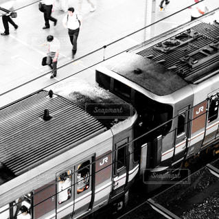 JR大阪駅に停車中の新快速電車の写真・画像素材[1452998]