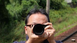 鏡に向かってカメラのシャッターをきる男の写真・画像素材[1454597]