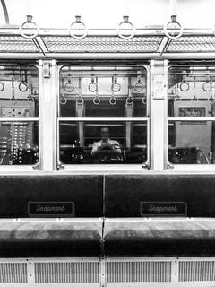 通勤電車の窓に映る疲れた自分の写真・画像素材[1455158]