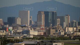 大阪梅田の市街を背景に伊丹空港に着陸する飛行機の写真・画像素材[1455166]