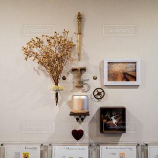小物を壁に並べてお気に入りのインテリアの写真・画像素材[1455170]