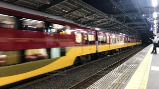 京阪守口市駅を通過する特急列車の写真・画像素材[1504506]